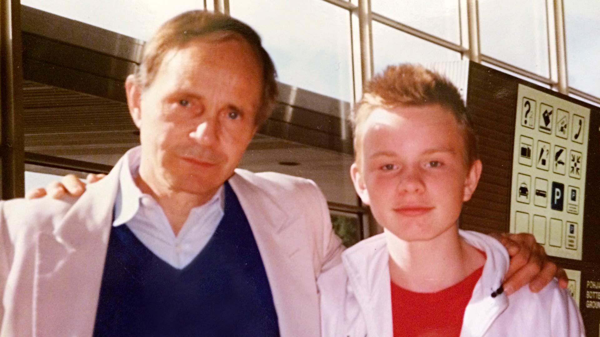Dome Karukoski oli isäänsä George Dickersonia vastassa lentokentällä, kun isä saapui tapaamaan poikaansa ensimmäistä kertaa.