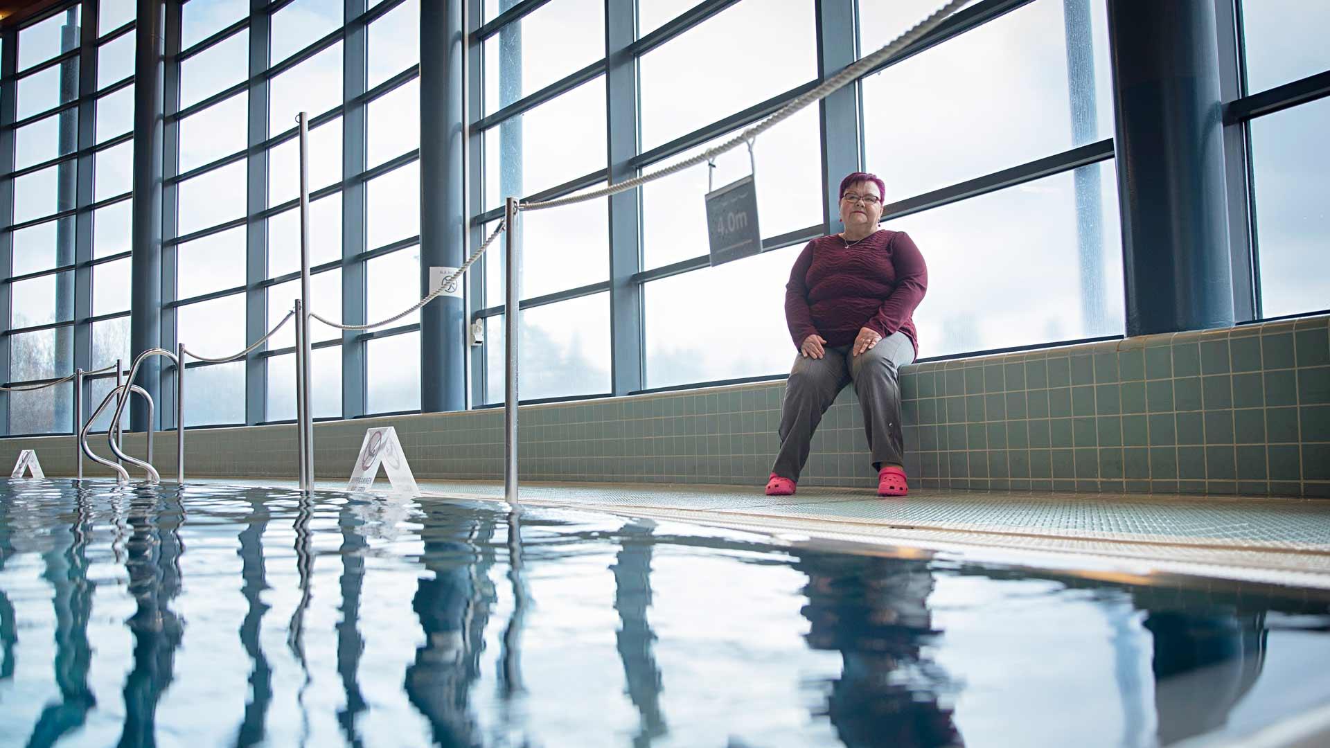 """""""Kosteassa ja lämpimässä uimahallissa on helppo hengittää. kun löysin vesiliikunnan, minusta tuli liikkuja"""", Eija kertoo."""