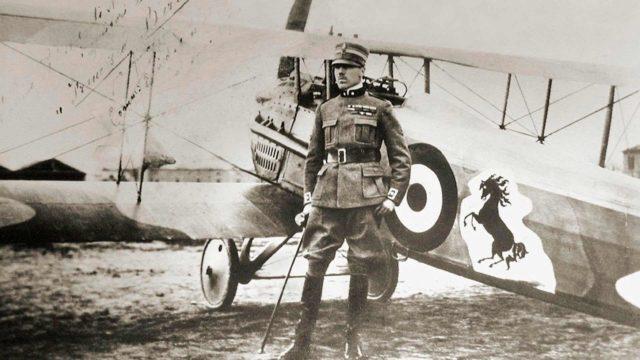 Ennen Ferrarien aikakautta hevoslogo tanssi italialaisen lentäjäsankarin Francesco Baraccan lentokoneen rungossa.