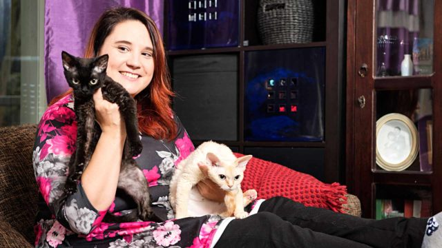 Kissat tuovat iloa Inga Jaskola-Ihalmon arkeen. Kuvassa mukana Mimi ja Fiona.