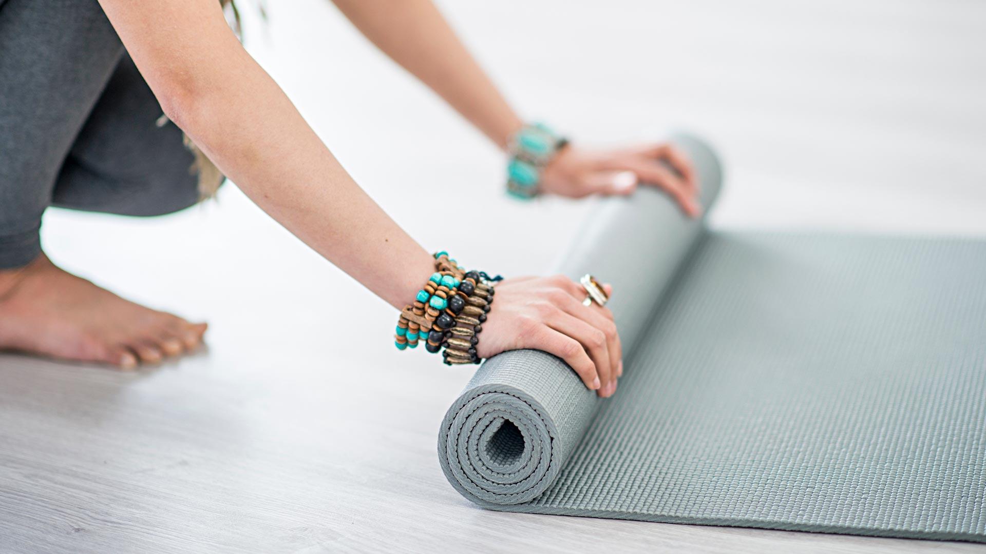 Kaisa Jaakkola kertoo, että jooga- tai mindfulness-harjoituksessa aistitaan, miltä keho juuri nyt tuntuu.