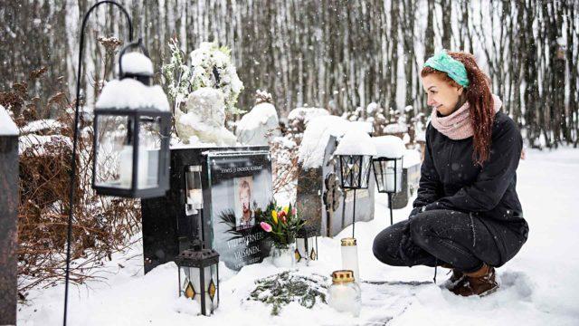 """""""Hymysi ei unohdu koskaan"""", lukee Villen hautakivessä. Johanna käy poikansa haudalla usein tätä muistelemassa."""