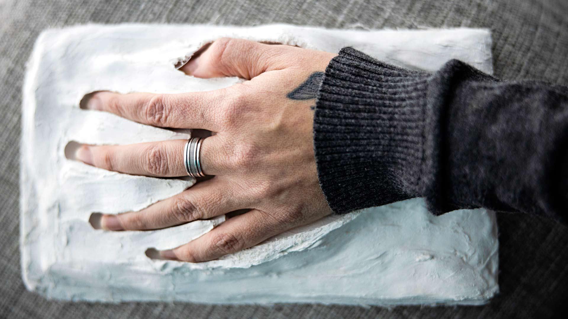 Äidin käsi sopii täydellisesti pojan kädestä otettuun valokseen. Sormessaan Johannalla on Villen luokkasormus.