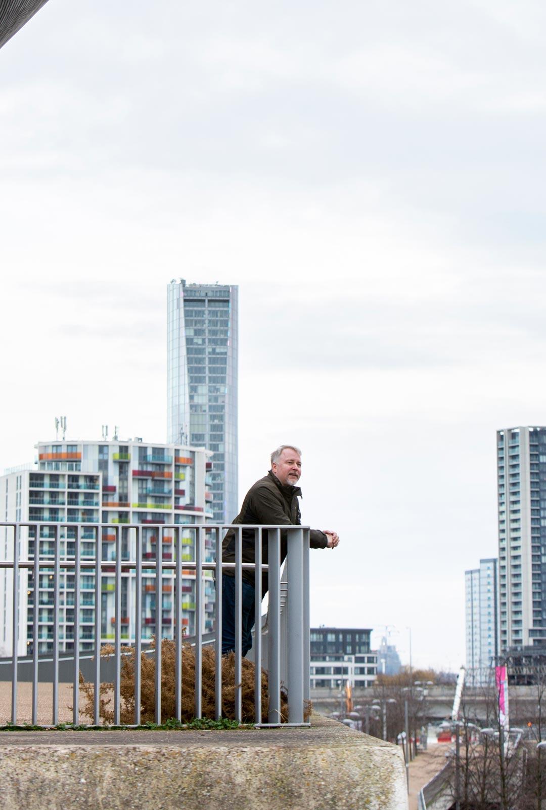 Juha Pihanen asuu Lontoossa taustalla näkyvässä pilvenpiirtäjässä. 120 neliön asunnon ikkunat avautuvat itään ja maisemia riittää 20 kilometrin päähän.