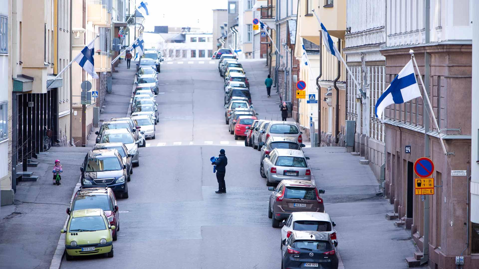 Suomi liputtaa. Siniristiliput oli nostettu salkoihin talvisodan päättymisen 80-vuotispäivän kunniaksi. Huomio kiinnittyi juhlapäivänä kuitenkin muihin asioihin.
