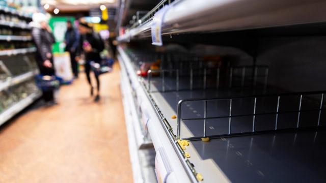 Kauppojen hyllyt tyhjenivät – ja täyttyivät taas. Ministeri Tuula Haatainen rauhoitteli kansaa perjantaina, että hamstraamiseen ei ole tarvetta, sillä tavaraa tulee riittämään.