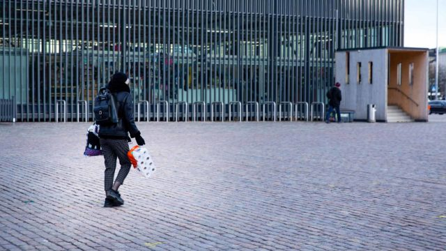 Näin Suomi reagoi. Yksinäinen kulkija ja viikon tavanomaisin ostos Hakaniemen torilla perjantaina 13. maaliskuuta.