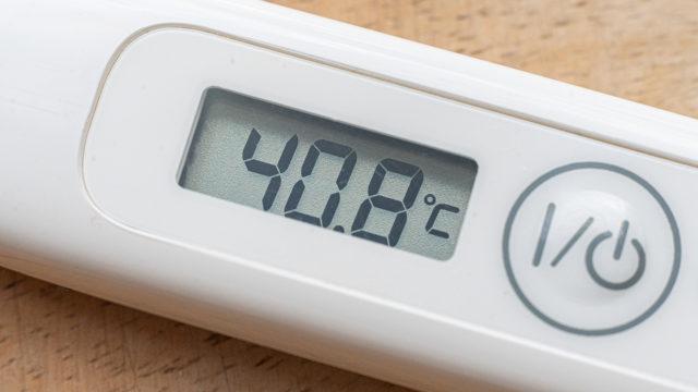Korkea kuume voi olla yksi koronaviruksen aiheuttamista oireista.