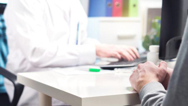 Koronavirusepäilystä kannattaa soittaa omaan terveyskeskukseen tai valtakunnalliseen neuvontapuhelimeen sen sijaan, että lähtisi suoraan lääkäriin.