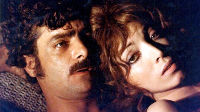 Carmelo Mardocheo detto Mimí (Giancarlo Giannini) ja Fiorella Meneghini (Mariangela Melato) ajautuvat suhteeseen elokuvassa Mafian uhri.