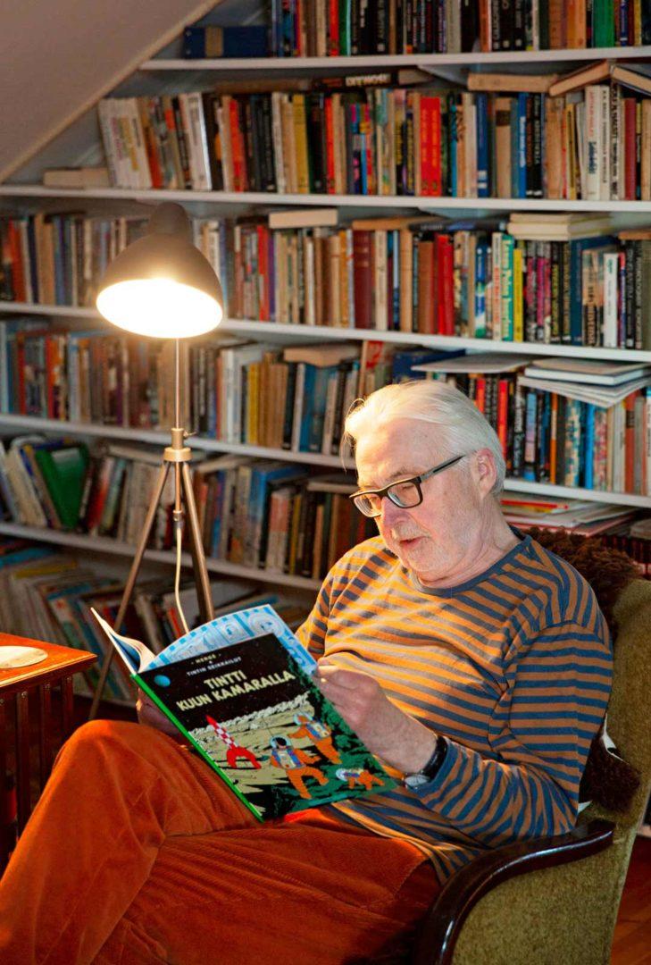 Yläkerrassa Markku lukee iltaisin romaaneja ja sarjakuvia.