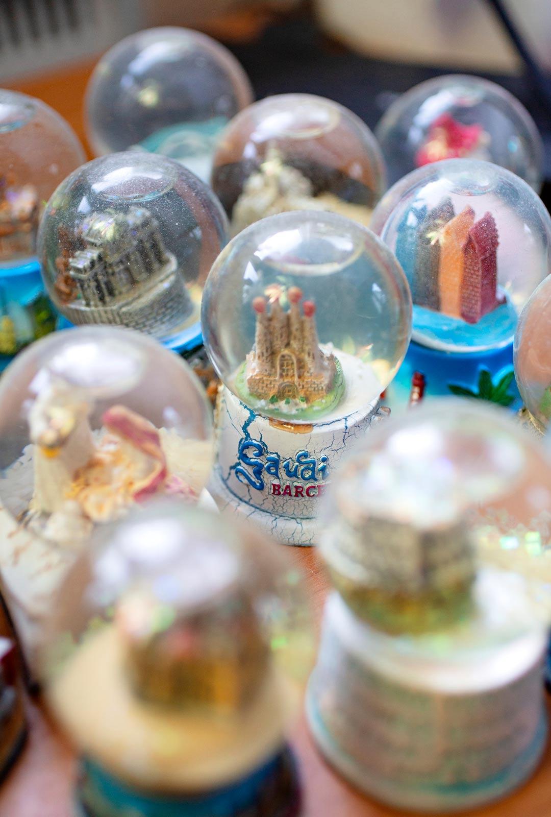 Lumisadepallot ovat Markun mukaan yksittäin mitä suurinta kitschiä, mutta kun niitä on paljon, ne muodostavat hauskan ryhmän.