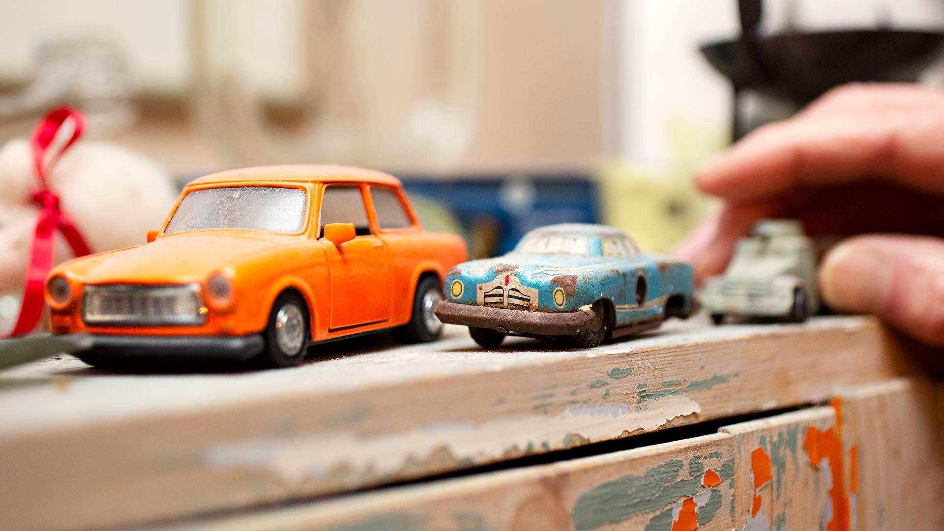 Markku Haapio löysi turkoosin auton talon välipohjasta. Vieressä on muurin murtumisen aikoihin Berliinistä tuotu Trabant.