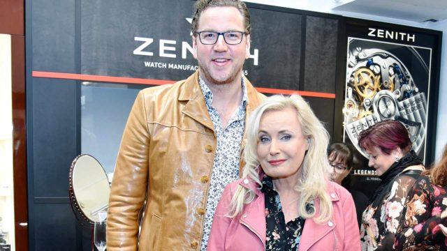 Miehensä Arne Nylanderin kanssa paikalla ollut laulaja Sonja Lumme vinkkasi, miten tuhohyönteisiä voi torjua jopa rasvattomalla maidolla.