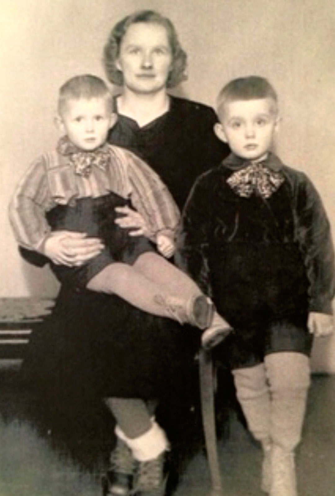 Saara-äiti ja pojat Leevi (sylissä) ja Timo hieman ennen Timon lähtöä Ruotsiin.
