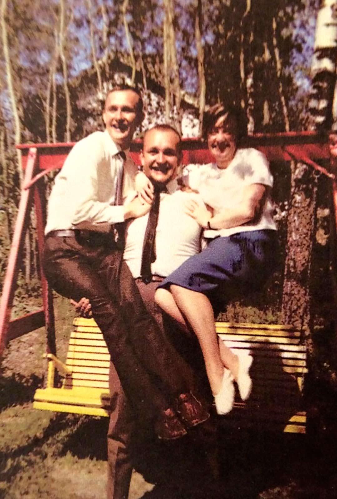 Annan isä Timo Takanen kannattelee käsivarsillaan Päivin isää Leevi Takasta ja Päivin äitiä Anjaa.