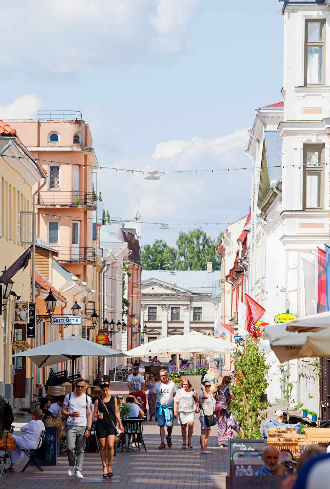 Tartto yllättää matkailijan. Raatihuoneen aukiolle johtavat leveät kävelykadut Rüütli ja Küüni kuhisevat kesällä elämää.