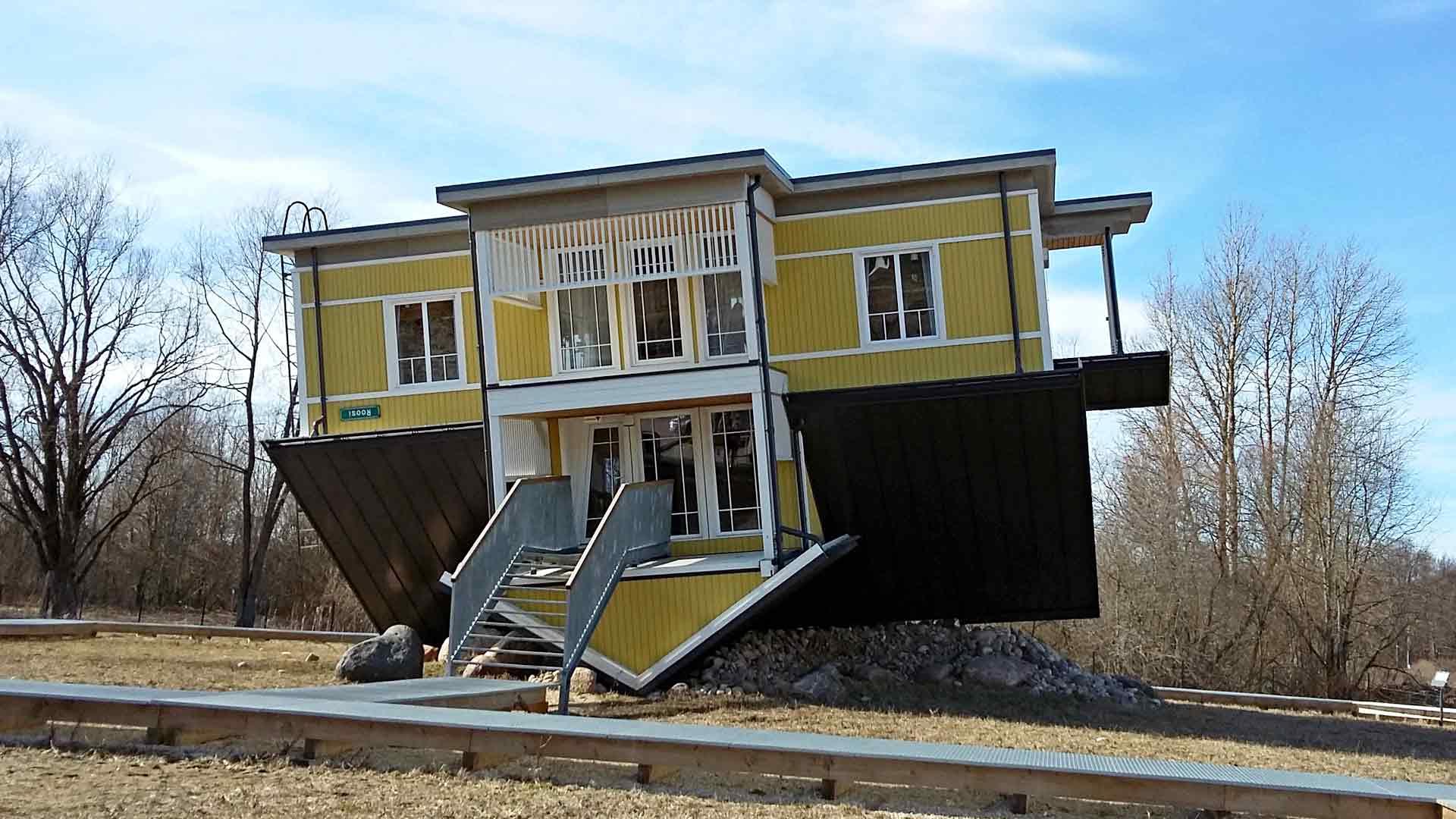 Roosi-kadun varrella sijaitseva Tagurpidi Maja seisoo todellakin päälaellaan.
