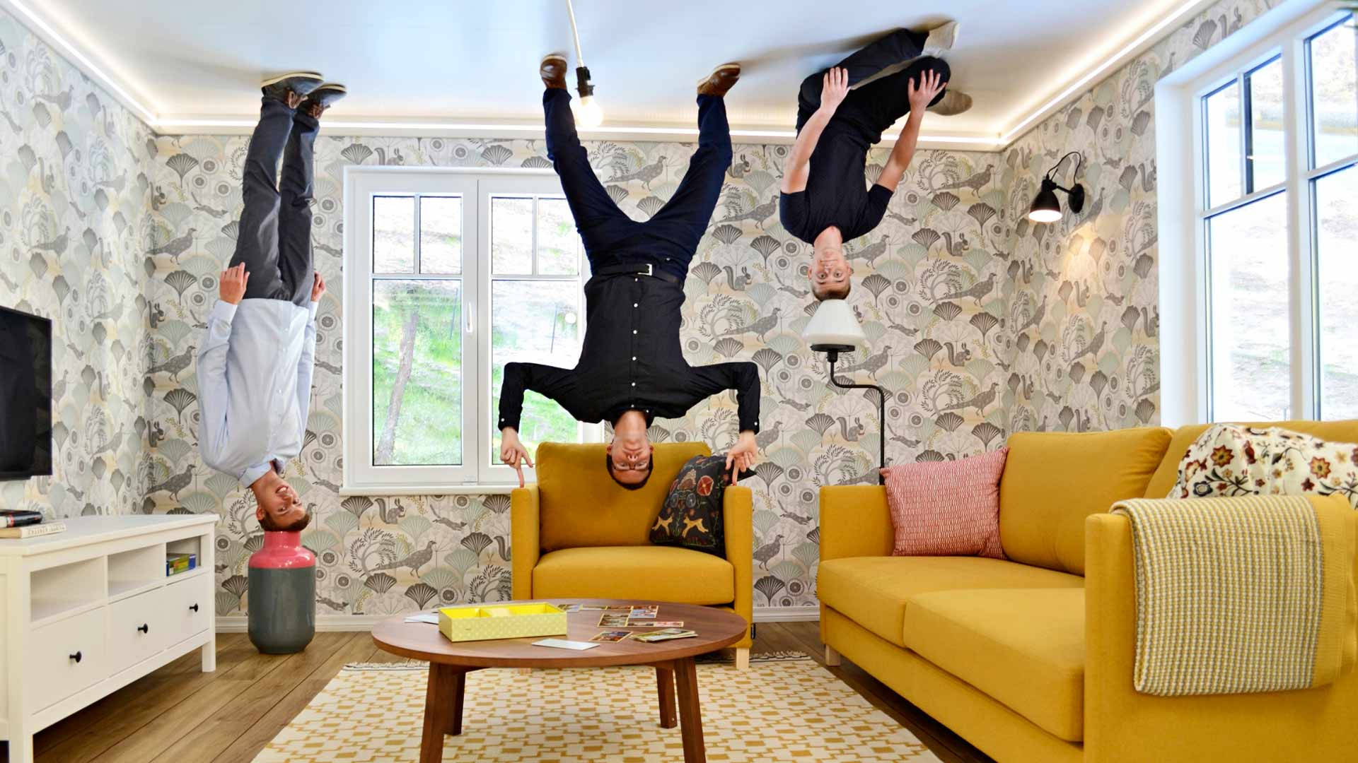 Ota hauskoja kuvia: Kaikki huonekalut ovat lattian sijaan kiinni katossa.