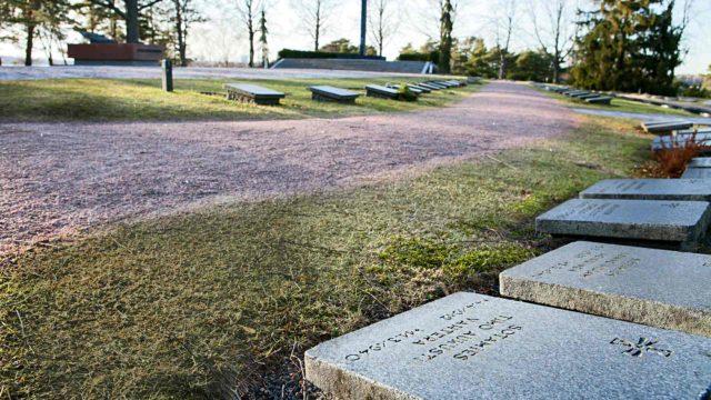Hietaniemessä hautojen sijoittelu on looginen: vainajat haudattiin sitä mukaa kun heitä tuli. Talvisodan sankarit lepäävät lähimpänä marsalkka Mannerheimin hautaa. Timon hauta on kuvan etualalla.
