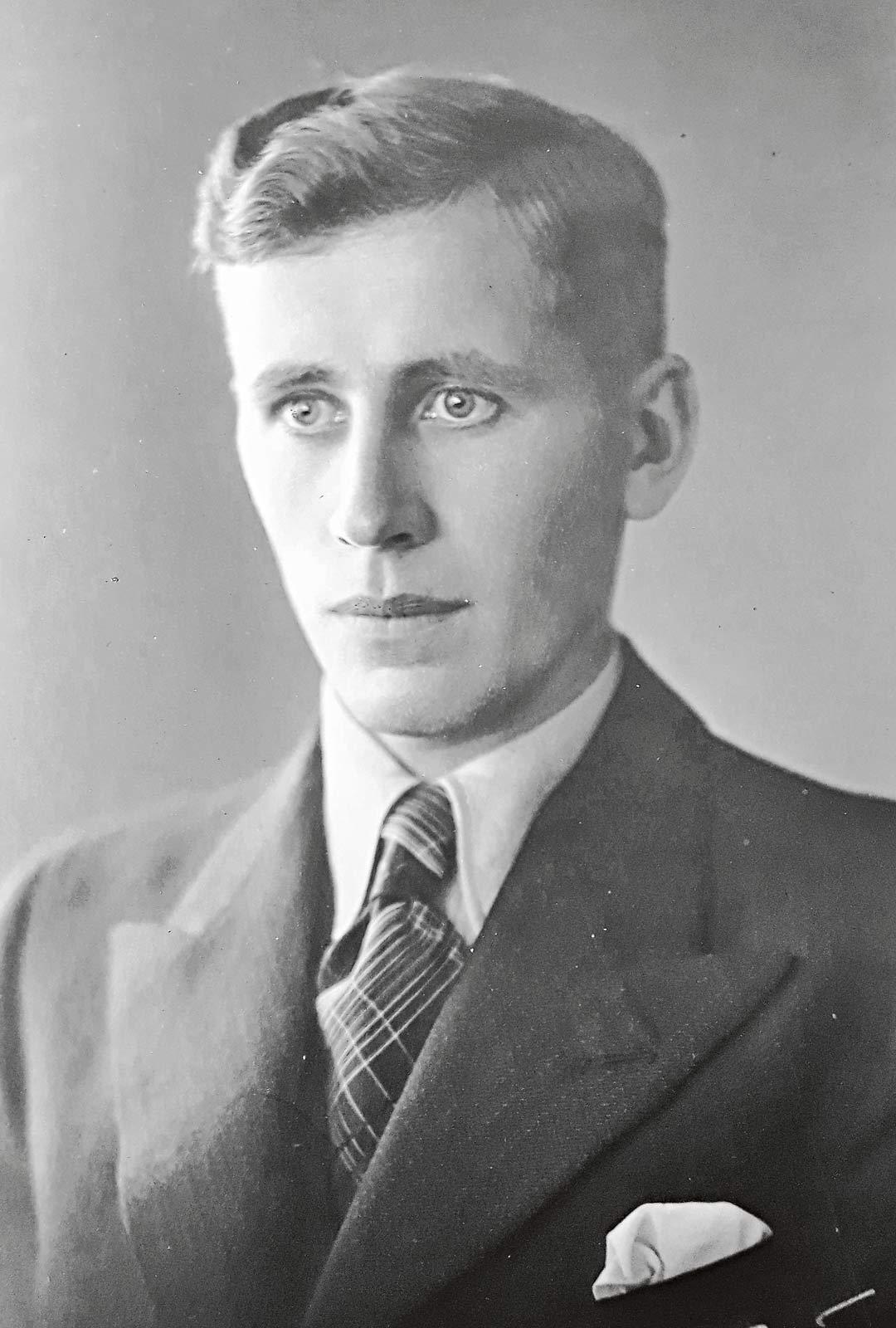 Punikkitaustainen Timo kävi sotaväen Suomen Valkoisessa kaartissa 1933–34 ja erikoistui taistelulähetiksi. Hän kaatui kaksi päivää ennen talvisodan päättymistä.