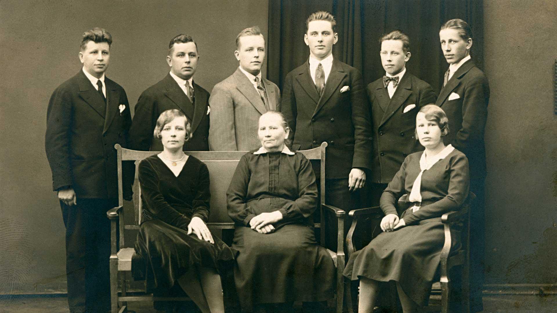 Äiti ja lapset perhekuvassa 1930-luvulla. Istumassa Arla, Manta-äiti ja Helvi, takana pojat ikäjärjestyksessä Martti, Jaakko, Bruno, Yrjö, Toivo ja Timo.