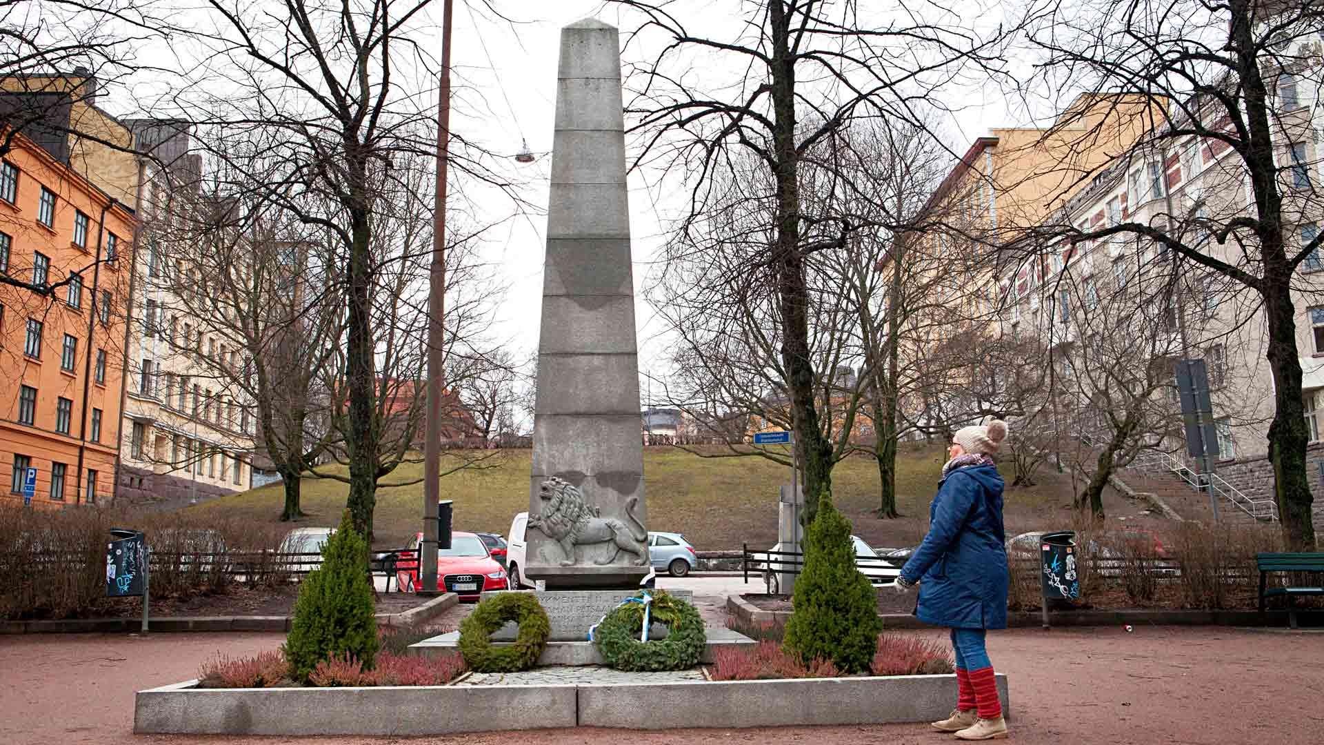 Ässä-rykmentin veteraanit pystyttivät kaatuneiden toveriensa kunniaksi muistomerkin Kallioon. Paljastustilaisuus oli vuosi liikekannallepanon jälkeen 13.10. 1940. Marsalkka Mannerheim osallistui juhlaan.