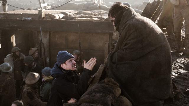 Dome Karukoski ohjeistaa vallihaudasta J.R.R. Tolkienia näyttelevää Nicholas Houltia.