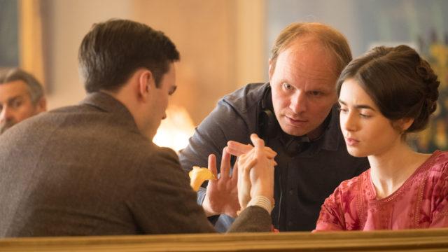 Dome Karukoski ohjaa Nicholas Houltia ja Lily Collinsia Tolkien-elokuvan kuvauksissa.