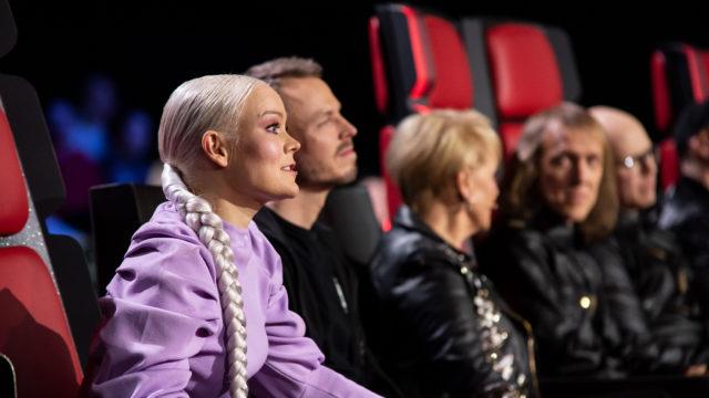 The Voice of Finlandin ensimmäinen livelähetys 10.4.2020 toteutetaan ilman yleisöä. Kuvassa etualalla valmentaja Anna Puu ja hänen apuvalmentajansa Jukka Immonen, takana Katri Helena, Sipe Santapukki ja Toni Wirtanen.
