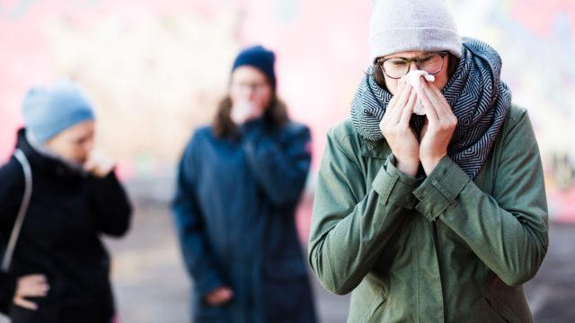 Koronaepidemian aikana jotkut nuoret ovat testanneet ympärillä olevien reaktioita yskimällä.