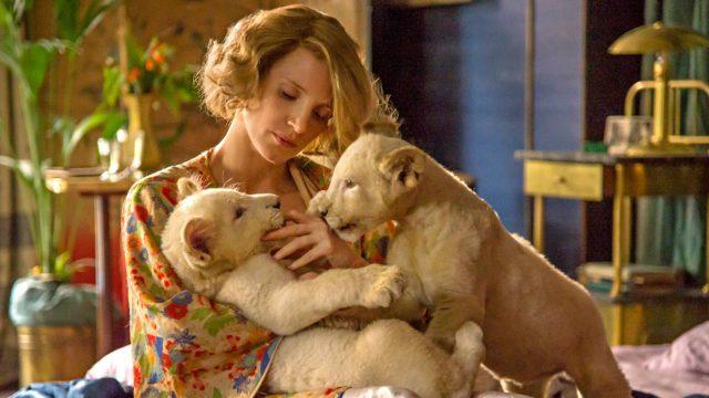 Jessica Chastainin näyttelemä Antonina Zabinski käytti eläintarhaa apunaan pelastaessaan juutalaisia natsien kynsistä elokuvassa The Zookeeper s Wife.