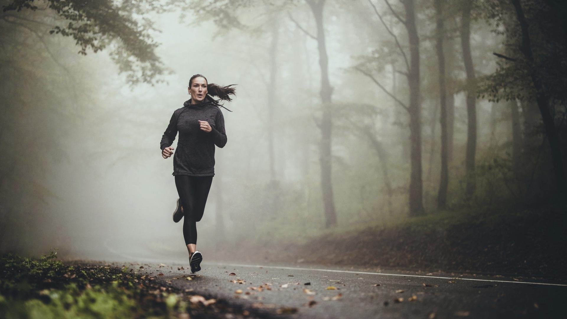 Työ ja vapaa-aika kannattaa pitää erillään, vaikka korona pakottaa monet etätöihin. Liikunta on hyvä arkirutiini lievittämään stressiä.