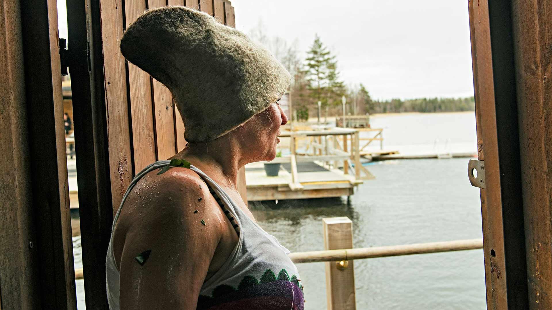 Saunottaminen on raskasta puuhaa. Mari Lusenius vilvoittelee löylyjen välillä raittiissa ulkoilmassa.