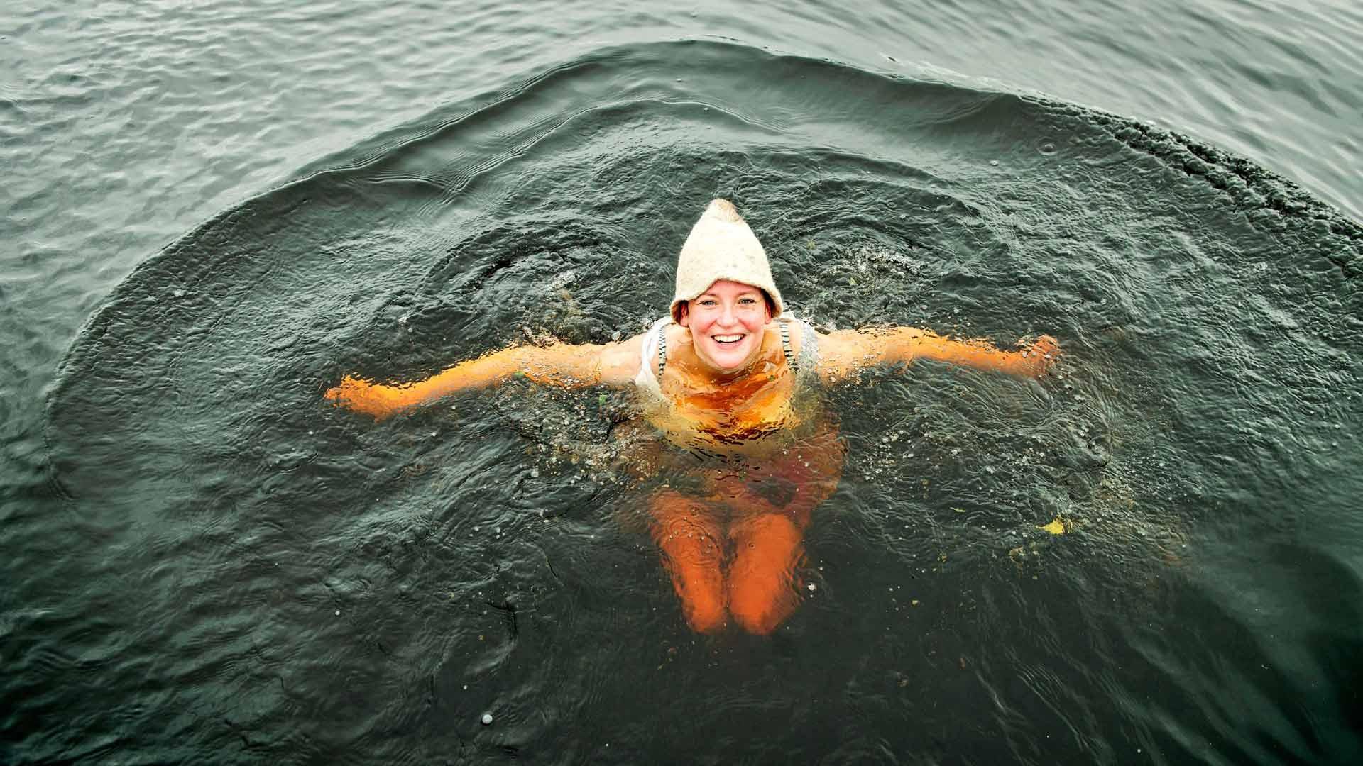 Kun pulahtaa kuumasta saunasta kylmään veteen, niin ensin puhalluttaa ja sitten naurattaa. Siitä syntyy hyvä olo.