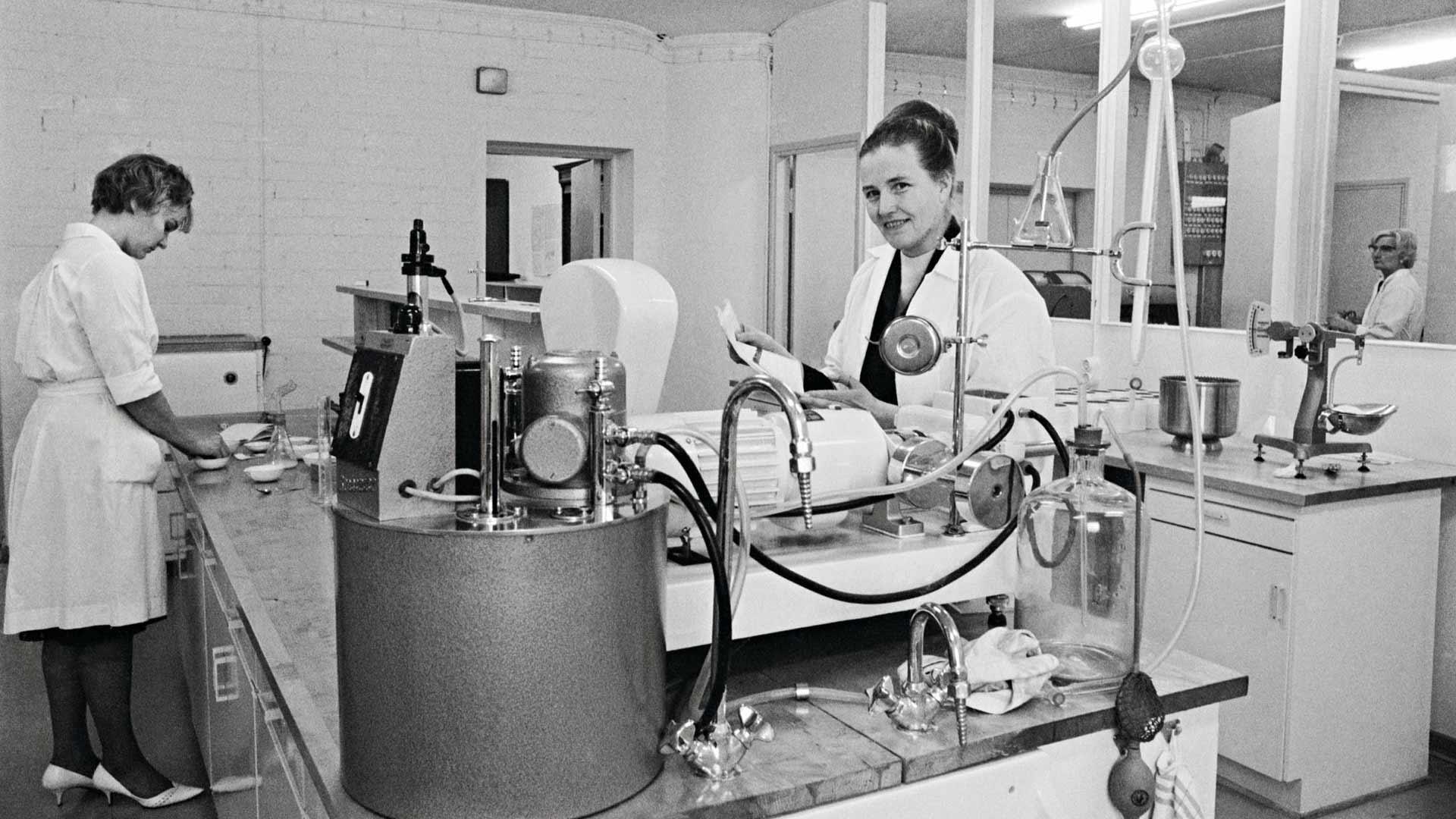 Valtion viljavaraston laboratoriossa analysoitiin marraskuussa 1965 näyte-eriä käsin.
