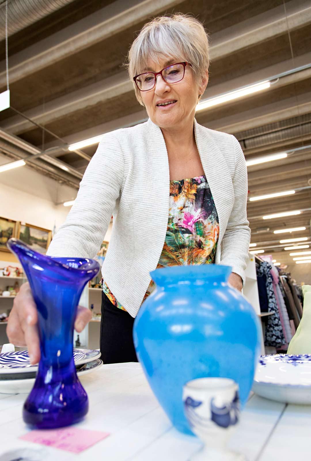 """""""Tykkään sinisistä esineistä. Nämä maljakot ovat linjakkaan näköisiä"""", Ami Aspelund sanoo."""