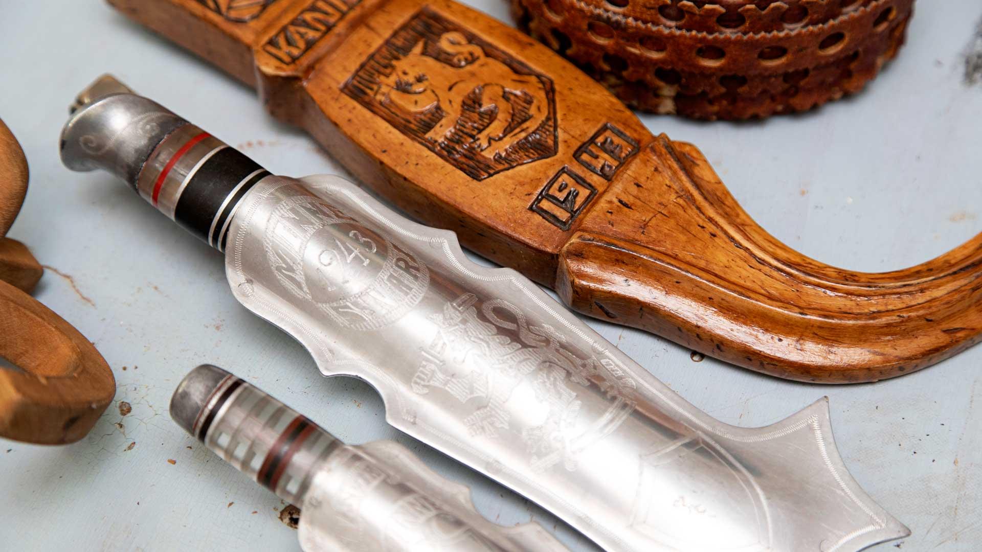 Puhdetyönä tehtyihin puukkoihin on käytetty alumiinia alasammutuista lentokoneista.