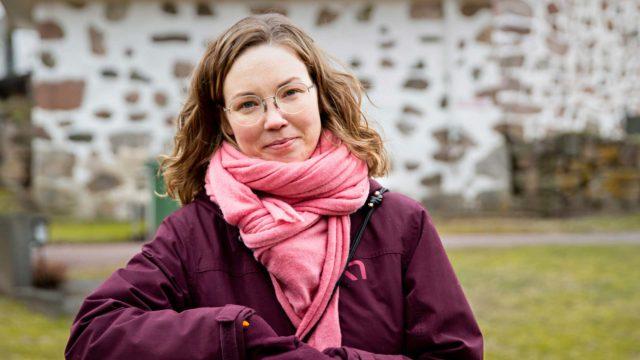 Siuntiolainen Anna Enkenberg tuntee muita auttaessaan tekevänsä hyödyllistä ja tärkeää työtä, josta hän saa myös itse hyvän mielen.