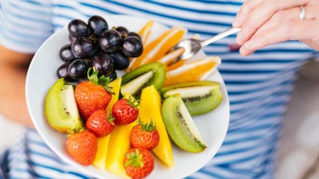 C-vitamiini tukee vastustuskykyä, ja sitä saa monista hedelmistä ja marjoista.