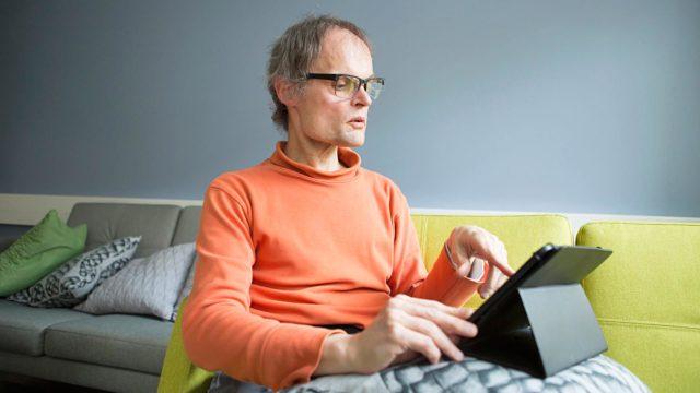 Heikki Suvilehto lukee tabletiltaan uutisotsikot joka päivä. Tabletti on myös oiva apuväline Heikin luottamustehtävissä Kehitysvammaisten Tukilliitossa ja Pyhäjärven vammaisneuvostossa.