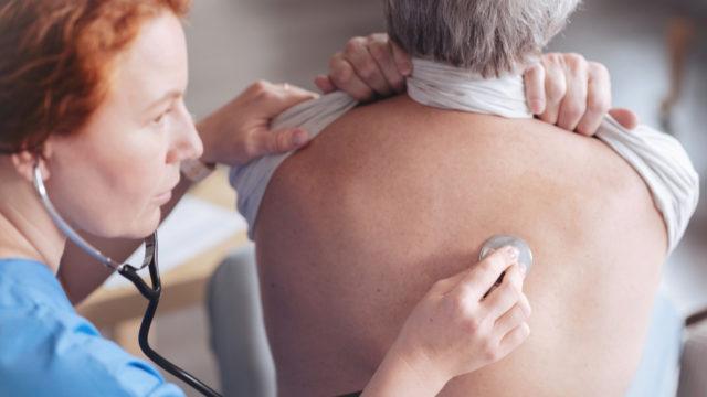 Keuhkojen kuuntelu stetoskoopilla kuuluu keuhkojen perustutkimuksiin. Yleisimmän hengitysvajaussairauden eli keuhkoahtaumataudin toteaminen perustuu keuhkojen puhalluskokeeseen (spirometriaan).