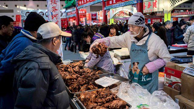 Kiina ei ole halunnut sulkea köyhän kansan suosimia ruuanostopaikkoja, eläintoreja.
