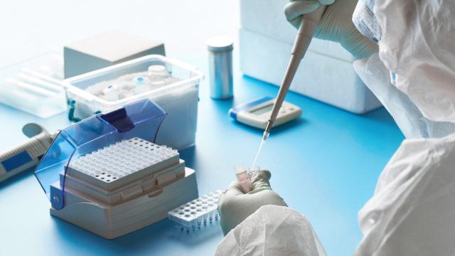 Koronavirustesti on geenimonistustesti, joka vaatii monia työvaiheita ja hyvät suojavarusteet.