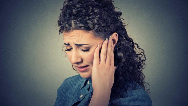 Korvatulehdukseen liittyy lähes aina myös muita tulehduksen oireita kivun lisäksi.