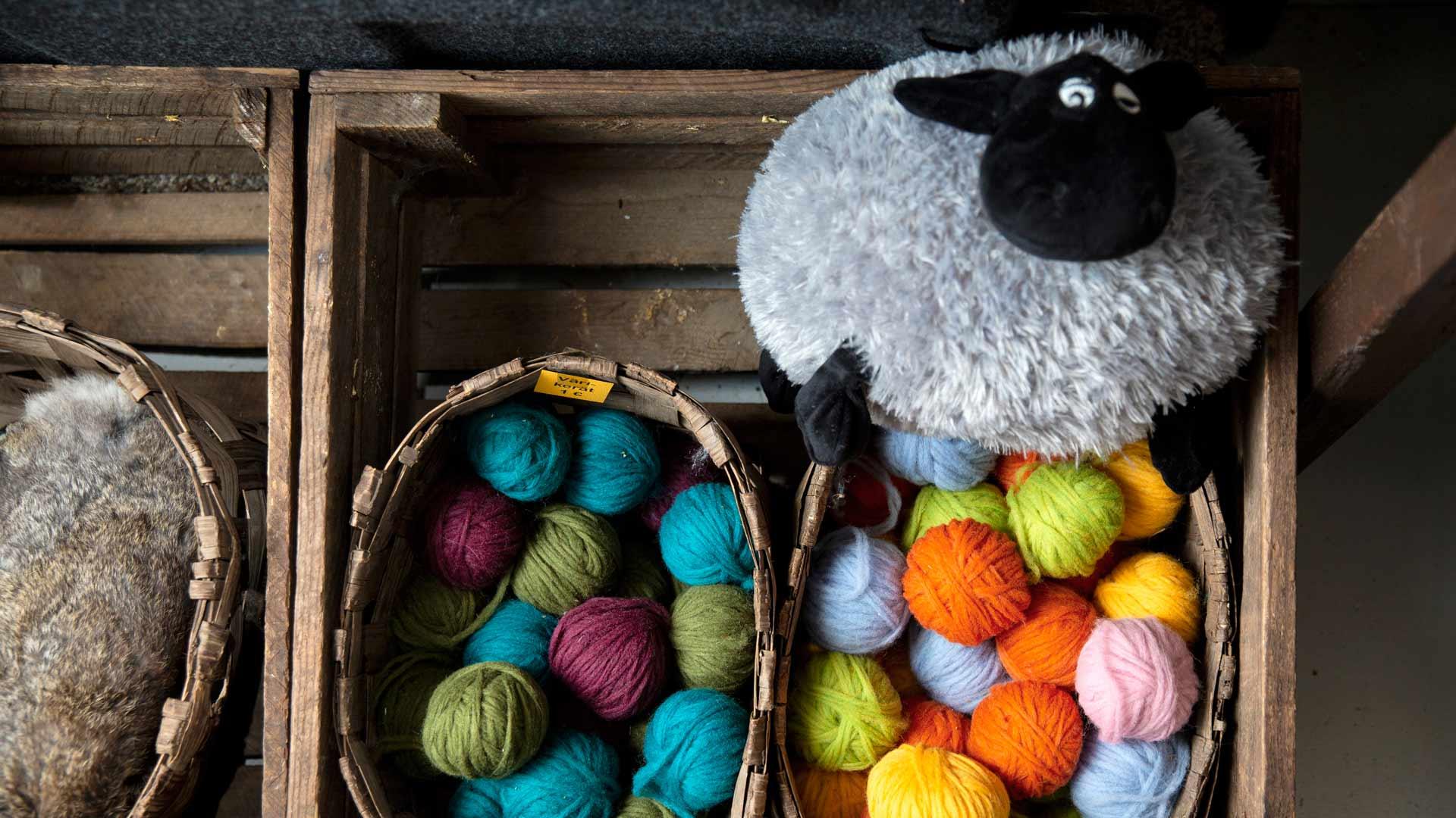 Kujansuun lampaiden villa kehrääntyy langaksi Pirtin kehräämössä.