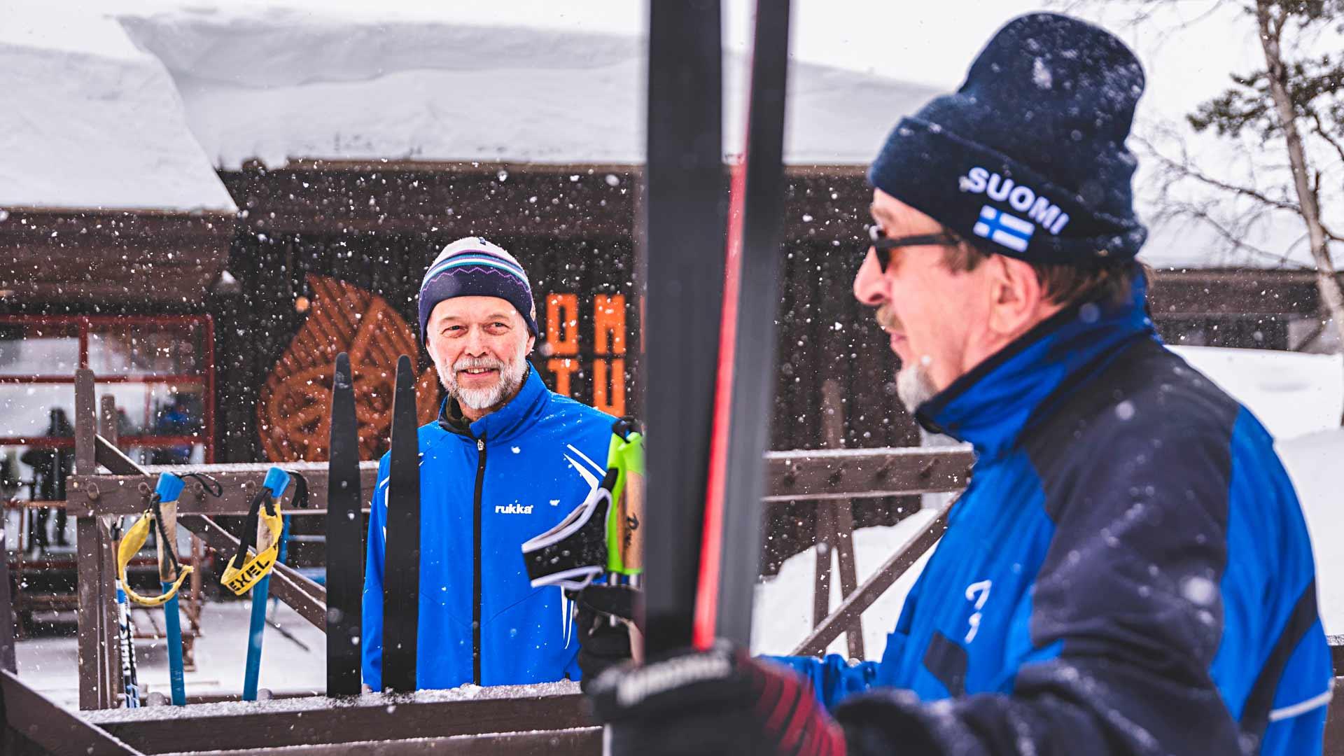 Seitsemänkymppiset Esko Kumpusalo (oik.) ja Juhani Airo halusivat lähteä pois Kuopiosta, koska sieltä loppuivat hiihtokelit.