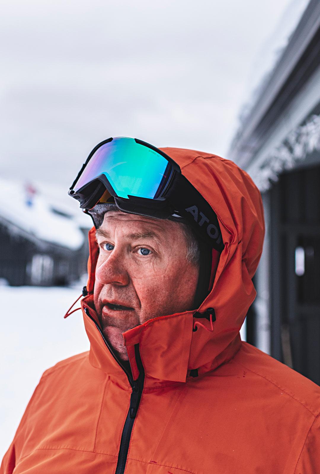 """Turkulainen Juhani Soini tuli Saariselälle lähinnä hiihtämään. Yksi päivä meni laskettelurinteessä. """"Tämä on paras mahdollinen paikka olla tällä hetkellä"""", hän sanoi ennen liikkumiskieltojen voimaantuloa."""