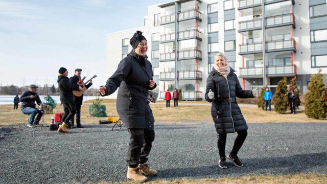 Projektipäällikkö Jenni Tissari ja toiminnanjohtaja Satu Taavitsainen Estery ry:stä ovat ilahtuneita, että yhteislauluhetket ovat tavoitaneet karanteenissa eläviä ikäihmisiä.