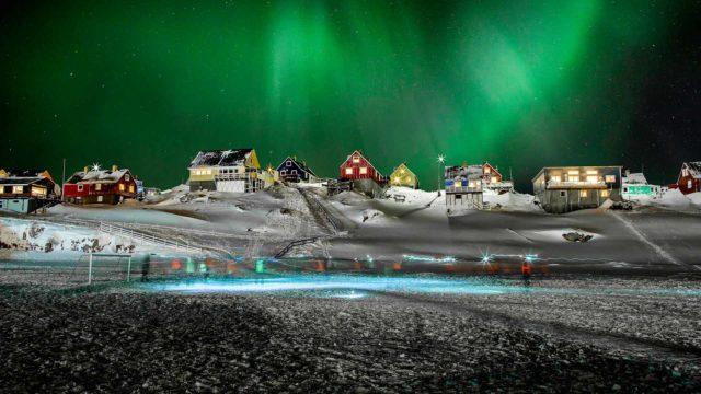 Grönlantilaiset pelaavat jalkapalloa revontulten alla Luonto avaruudesta -sarjassa.